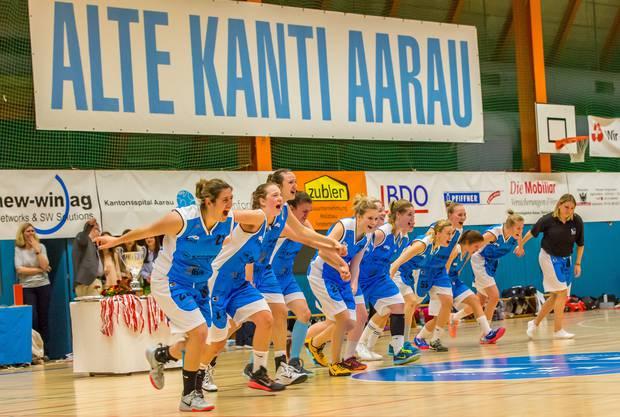 Die Welle für die NLB-Meisterinnen des BC Alte Kanti Aarau.
