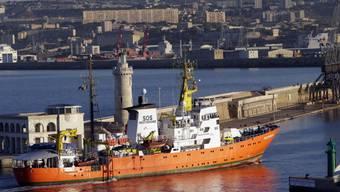"""Das Rettungsschiff """"Aquarius"""" kann vorderhand nicht aus dem Hafen im südfranzösischen Marseille auslaufen. Es sucht nach einem neuen Flaggenstaat. Für die Unterzeichner einer in Bern übergebenen Petition ist klar: Die Schweiz müsse nun Flagge zeigen. (Themenbild)"""
