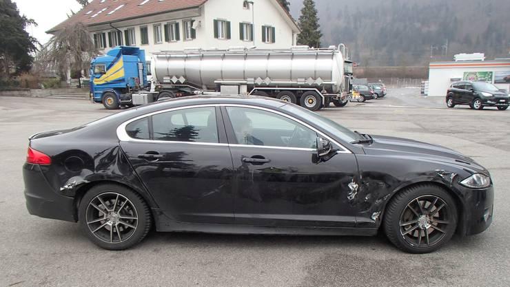 Der Jaguar-Fahrer überquerte den Normalstreifen und dann auf Höhe der Einmündung der A2 auch die Sperrfläche. Dort prallte er mit seinem Fahrzeug gegen einen Lastwagen.