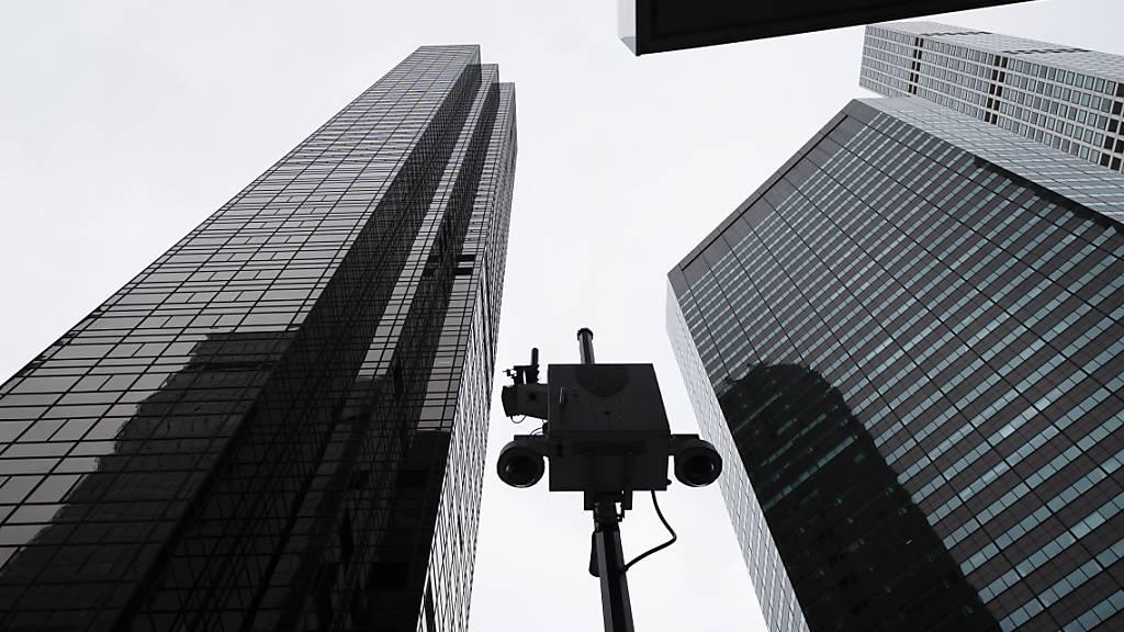 ARCHIV - Sicherheitskameras nehmen den Bereich vor dem Trump Tower in New York auf. Foto: Mark Lennihan/AP/dpa
