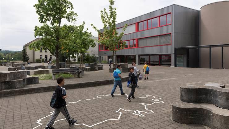 Die Verantwortlichen des geplanten Gemeindeverbands Oberstufe Aaretal (OSA) wollen Kleindöttingen zum neuen Bezirksschulort machen. Er soll die Bezirksschulen Klingnau und Leuggern ablösen. Zurzeit werden hier 128 Sek- und Realschüler (Sek: 53, Real: 75) unterrichtet. Im OSA-Verband wären es 199 Bezschüler (Zahlen vom Schuljahr 2016/17).
