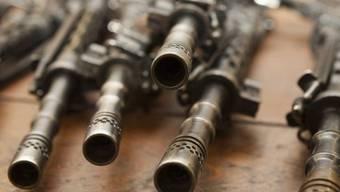 Nach dem Willen des Nationalrats soll die Polizei den Einzug einer Waffe anordnen können (Symbolbild)