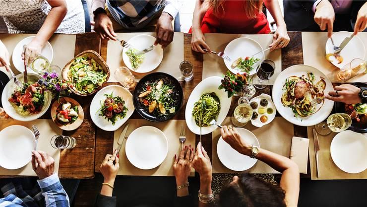 Guten Appetit miteinander: Alle essen aus denselben Tellern.