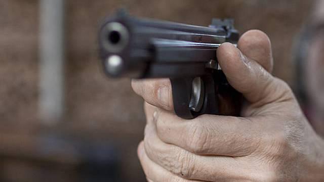 Der Unbekannte bedrohte den Mann mit einer Faustfeuerwaffe (Symbolbild)