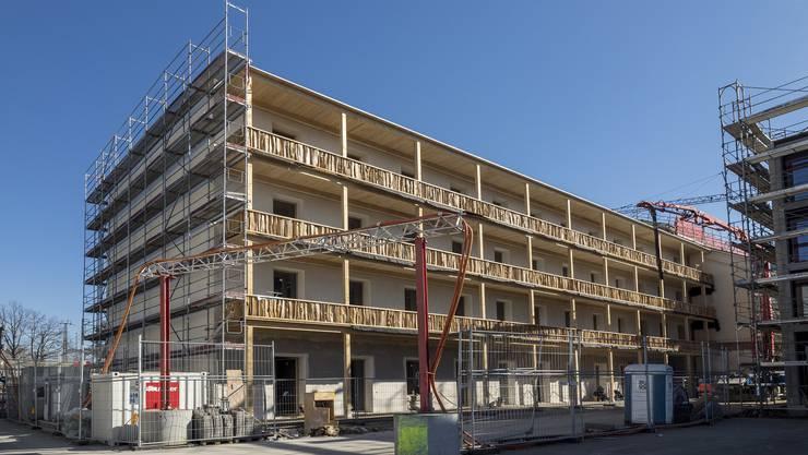 Das Wohnatelierhaus von der Hofseite. Visitenkarte sind die Balkonbrüstungen aus rohen Holzstücken von Künstler Andres Bally.