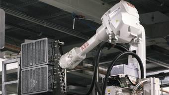 Hightech: Vollautomatischer ABB-Industrieroboter holt Produkte für Lieferung aus demTiefkühllager des Coop-Logistikzentrums Schafisheim.