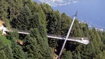 Luftig: Die Passerelle mit Aussichtsplattform auf Cardada, dem Hausberg von Locarno, hat die Jakem AG vor 15 Jahren erstellt. Montiert wurde der Stahlsteg mit Titanverkleidung per Helikopter. zvg