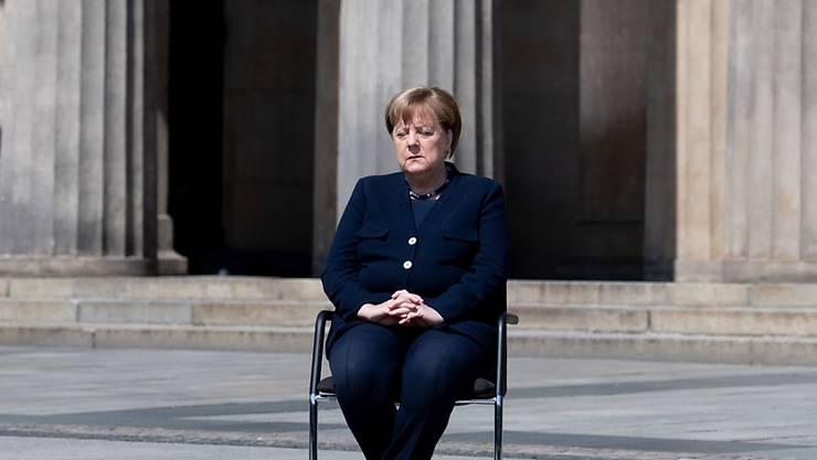 Vor 75 Jahren war der Alptraum für Millionen Menschen zu Ende und Nazi-Deutschland am Boden. Eine nachdenkliche deutsche Kanzlerin Merkel ein Dreivierteljahrhundert nach der bedingungslosen Kapitulation des Dritten Reichs am 8. Mai 1945 vor der Neuen Wache Unter den Linden in Berlin.