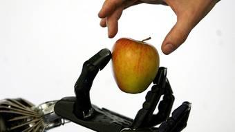 Ein Mann erhält eine elektronische Hand angepasst (Symbolbild)