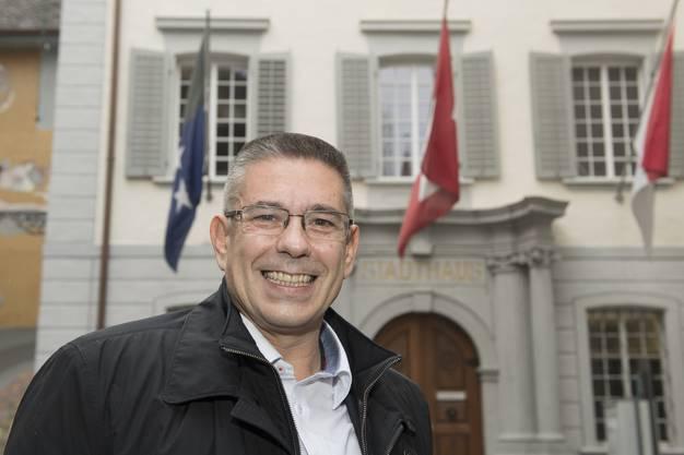 Markus Schneider (CVP) stellt sich für den Fotografen vor das Badener Stadthaus.