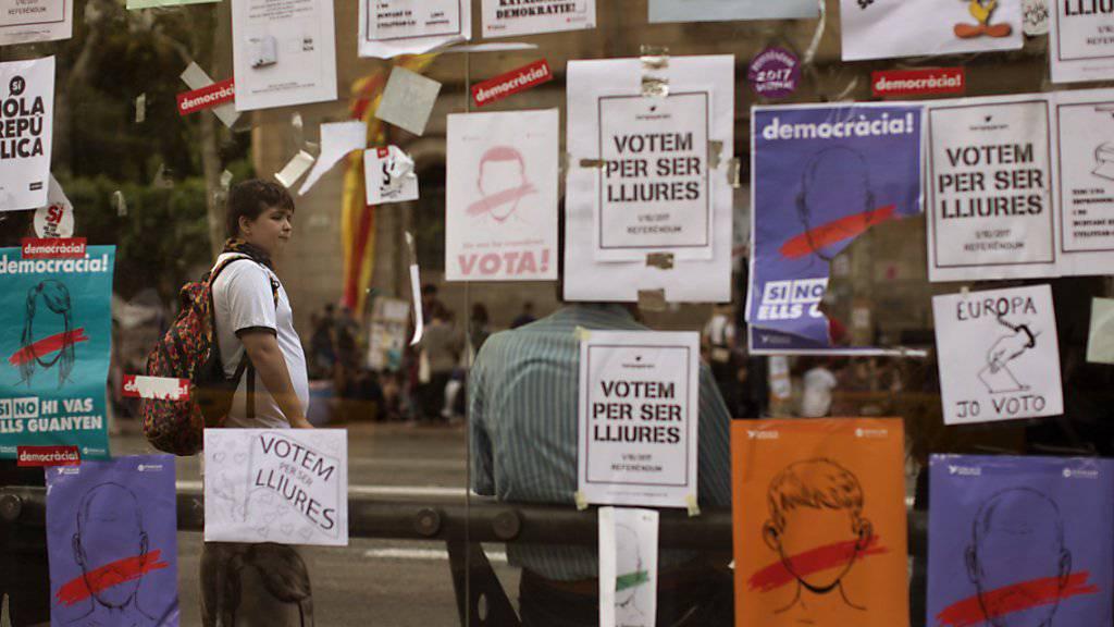 Wahlplakate an einer Busstation in Barcelona - die Madrider Zentralregierung ergreift ungeachtet des Protests weitere Massnahmen, um die Unabhängigkeitsabstimmung in Katalonien zu verhindern.