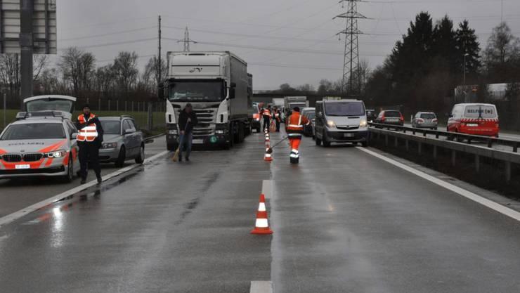 Nach der Auffahrkollision von fünf Fahrzeugen auf der A1 bei Neuendorf SO wurde die Fahrspur Richtung Zürich für eine halbe Stunde gesperrt.