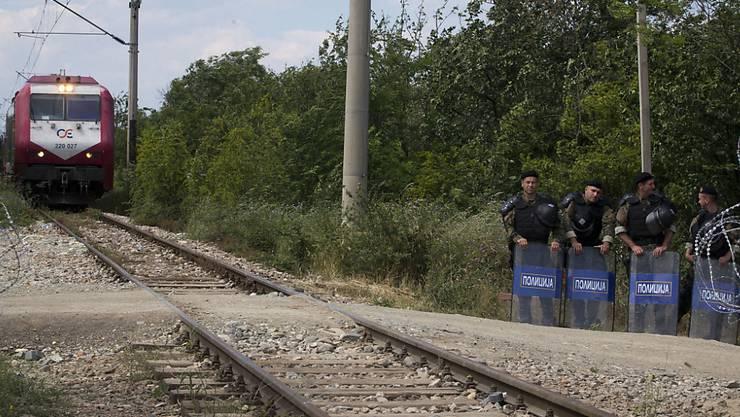 Von der Polizei abgesicherte, wieder funktionierende Bahnstrecke zwischen Mazedonien und Griechenland