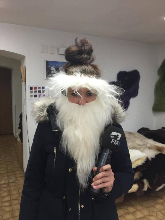 Die FM1-Reporterin Linda Aeschlimann könnte gleich als Samichlaus auf Weg gehen.