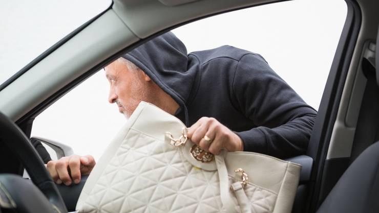 Kurz das Auto offengelassen und schon ist die Handtasche weg. (Symbolbild)