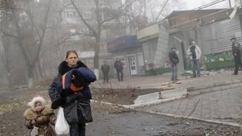 Eine ukrainische Frau mit ihren Kindern in den Strassen von Donezk. Die prorussischen Separatisten wollen das komplette Territorium der historischen Provinz (Oblast) Donezk in ihren neuen Staat einbinden. (Archivbild)