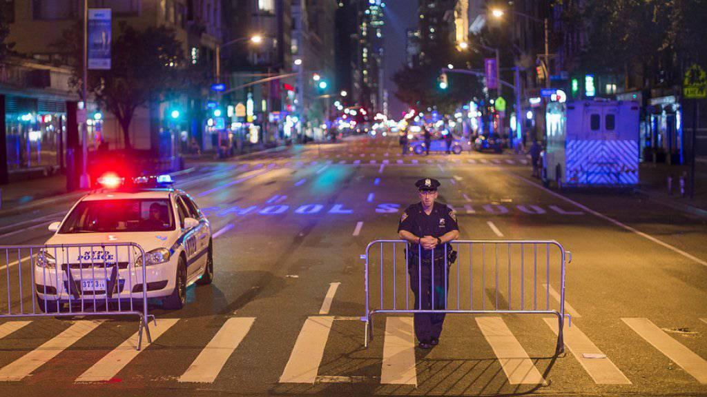 Ein Polizist im New Yorker Szeneviertel Chelsea. Bei der Explosion am Samstag waren über zwei Dutzend Menschen verletzt worden.