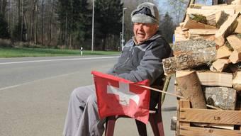 Paul Liebi sitzt oft im Gartenstuhl an der Bözbergstrasse.