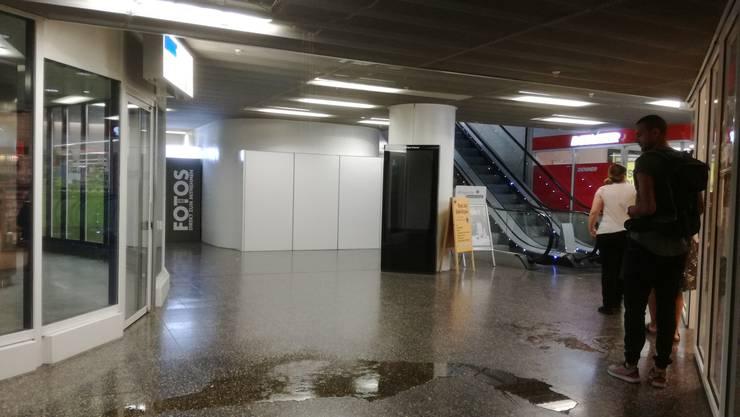 Das Wasserleck im Untergeschoss des Neumarkt 1 in Brugg soll einen Zusammenhang haben mit der Bewässerung der Rabatte neben dem Neumarktbrunnen durch die Stadt Brugg.