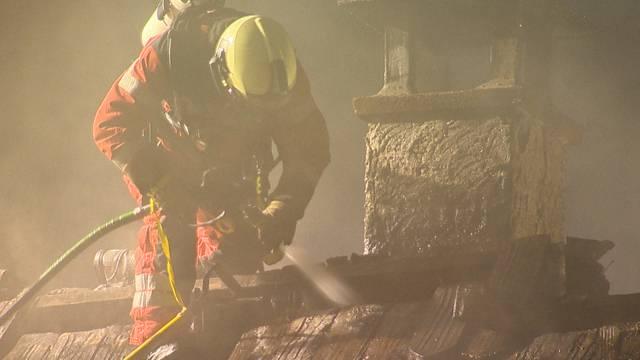 Grossbrand beschäftigt Feuerwehr die ganze Nacht