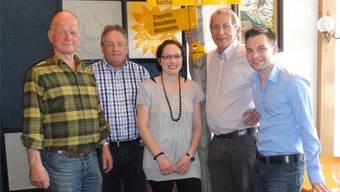 Dieter Iselin (neu im Vorstand), Fredy Schmitter (scheidender Präsident), Lea Schluep (neu im Vorstand), Erwin Hottinger (scheidendes Vorstandsmitglied) und der neue Präsident Gregor Glaus (v.l.).