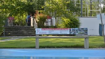 Das Bänkli beim Plantschbecken in unmittelbarer Nähe des Badirestaurants ist mit Werbung für den direkten Konkurrenten beklebt.