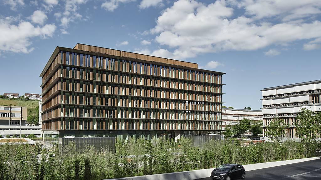 Seit Montag ist der nachhaltige Neubau in Ittigen Arbeitsort für Mitarbeitende des Bundesamts für Strassen (ASTRA) und für die Direktion des Bundesamtes für Energie (BFE).