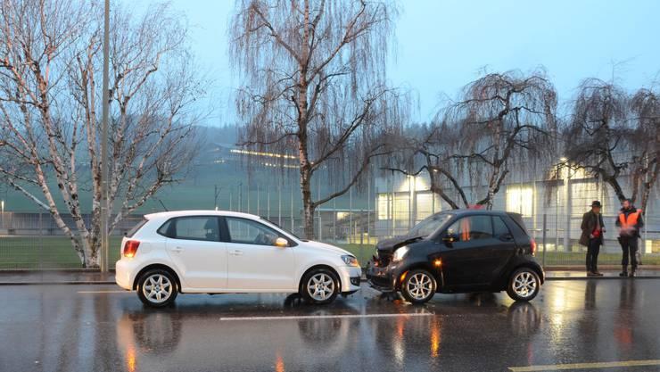 Auf der Hauptstrassse in Lausen kollidierten die beiden Autos frontal.
