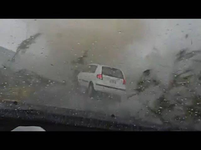 Dieses Dashcam-Video aus der taiwanesischen Stadt Tainan zeigt, wie eine Frau von einem Tornado aus dem Auto geschleudert und das Fahrzeug vom Wirbelsturm verschluckt wird.