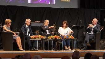 Am Podium wurde unter der Leitung von Steffen Lukesch (rechts) lebhaft zum Thema Krankenkassenprämien diskutiert. Podiumsteilnehmer waren (von links) Ruth Humbel, Martin Häusermann, Jürg Schlup und Verena Nold.