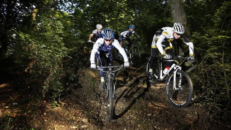 Treffen Biker und Wanderer im Wald aufeinander, kann es zu Konflikten kommen. Die Gemeinden fordern daher mehr Verständnis von beiden Seiten.