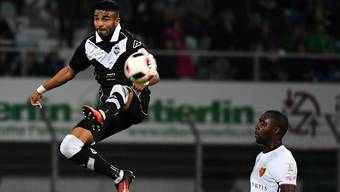 Eder Balanta (r.) vom FCB im Zweikampf mit Luganos Rodrigo Aguirre: Der Höhenflug der Basler bleibt jedoch in Lugano aus.