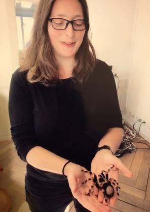 Erfolgserlebnis für Autorin Santina Russo: Vogelspinne auf der Hand.