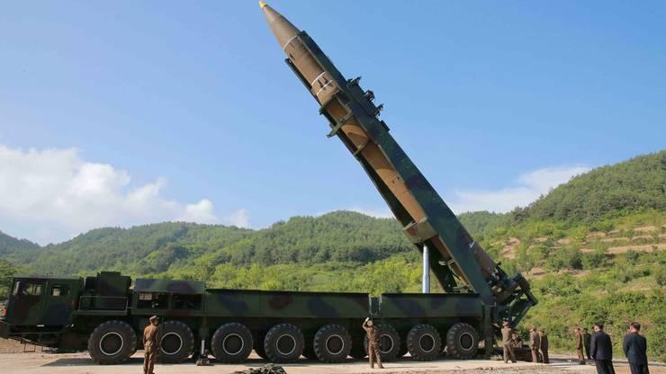 Nordkorea transportiert derzeit offenbar eine Interkontinental-Rakete an die Westküste, wo Kim Abschussrampen unterhält. (Archivbild)