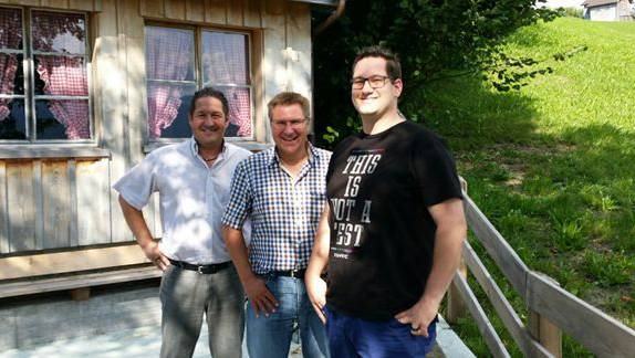 """Mit den beiden SVP Grossratskandidaten Mario Gratwohl (Nesselnbach) und Michael Mäder (Tägerig) im """"Haus der Freiheit"""", bei Nationalrat Toni Brunner."""