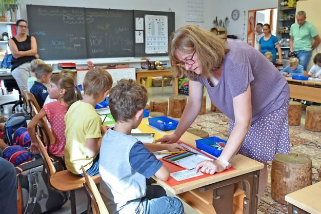 Bei Rosi Wiggli dürfen die Kinder mit ihrem neuen Farbkasten Bär und Tiger zeichnen und malen.