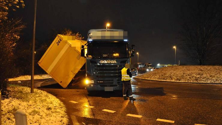 Der Lastwagen verlor in einem Kreisverkehr in der Gäustrasse in Egerkingen seinen nicht richtig befestigen Container.
