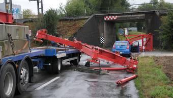 Die Ladung eines Lastwagenanhängers hat am Freitagmorgen die SBB-Unterführung an der Nutzenbachstrasse in Wohlen touchiert und sich vom Anhänger gelöst.