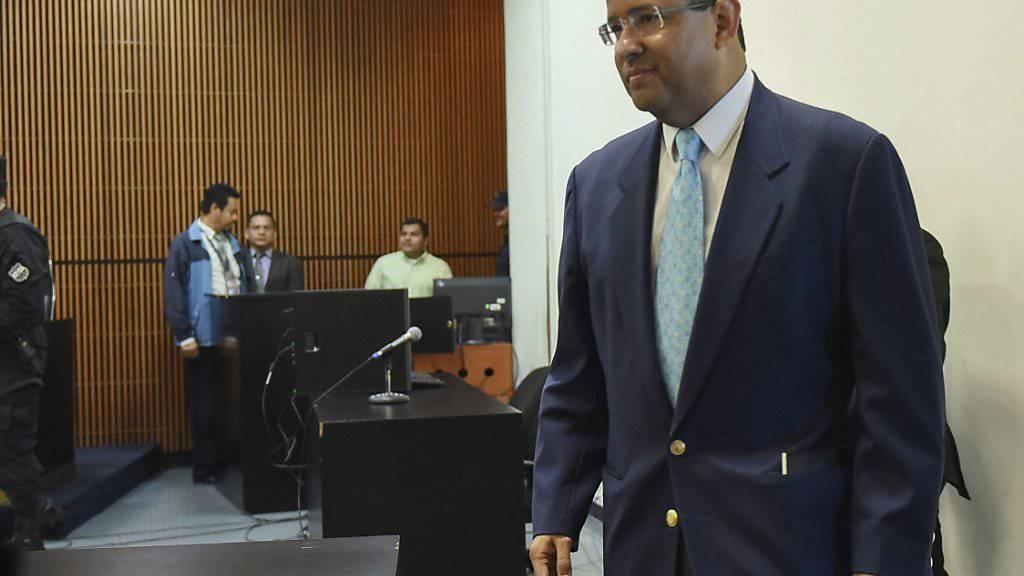 Der  ehemalige Staatschef El Salvadors, Francisco Flores, bei seiner Ankunft im Gericht. Er muss sich wegen mutmasslicher Geldwäsche, Unterschlagung und illegaler Bereicherung verantworten. Flores soll unter anderem Spendengelder für Erdbebenopfer veruntreut haben.