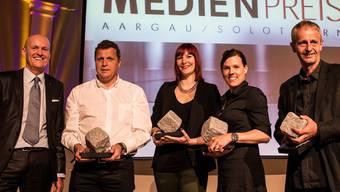 Thomas Müller (Präsident des Vereins Medienpreis Aargau/Solothurn) mit den Preisträgern Christophe Gut (TV), Céline Raval (Radio), Sarah Jäggi (Print), Hanspeter Bärtschi (Foto).