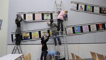 Das Wanderkino Roadmovie bringt Primarschülern Schweizer Filme näher: Zu Gast in der Mehrzweckhalle Altbüron LU.