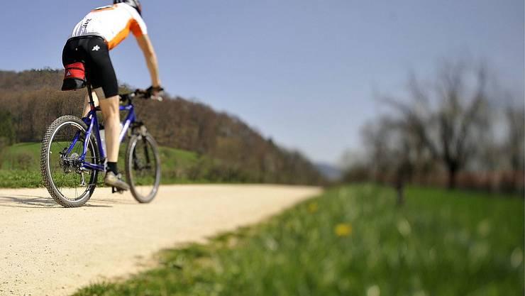 Ein Mann unterwegs auf dem Fahrrad (Symbolbild)