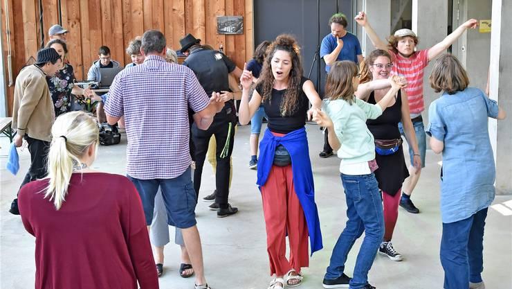Discomania auf dem Buechehof: Menschen mit und ohne Beeinträchtigung tanzen gemeinsam. Bild: Remo Fröhlicher