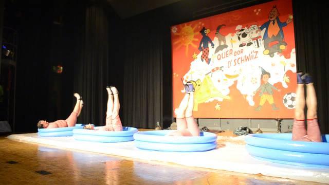 Choreografie im Kinderplanschbecken.