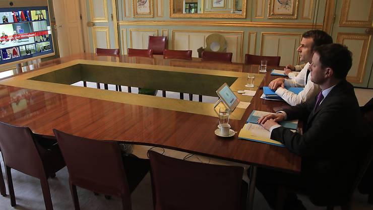 Clément Beaune mit dem französischen Präsidenten Emmanuel Macron bei einer Video-Konferenz im vergangenen März. (Archivbild)