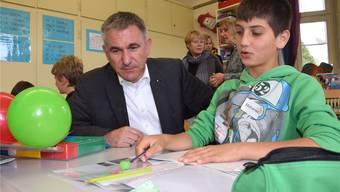 Grössere Klassen, weniger Halbklassenunterricht: Die von Bildungsdirektor Alex Hürzeler (hier auf Schulbesuch) verordneten Sparmassnahmen führen zu einem Leistungsabbau in der Schule.