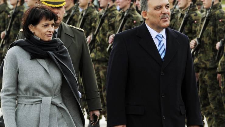 Bundespräsidentin Doris Leuthard schreitet mit türkischen Staatspräsidenten Abdullah Gül die Ehrengarde ab. (Foto: Steffen Schmidt/Keystone)