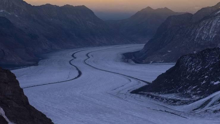 Sonnenaufgang am Aletsch-Gletscher. Trotz grosser Hitze könnte 2019 eines der wenigen Jahre sein, in denen Schweizer Gletscher nicht weiter zurückgegangen sind. (Archivbild)