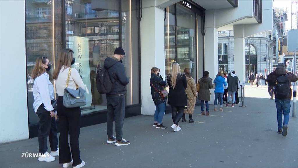 Ladenöffnungen nach dem Lockdown: Ansturm und Schlange stehen