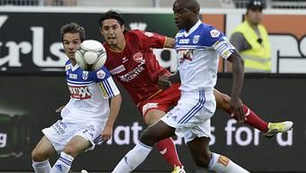 Thuns Ferreira (mitte) im Duell mit Kamber (links) und Tall